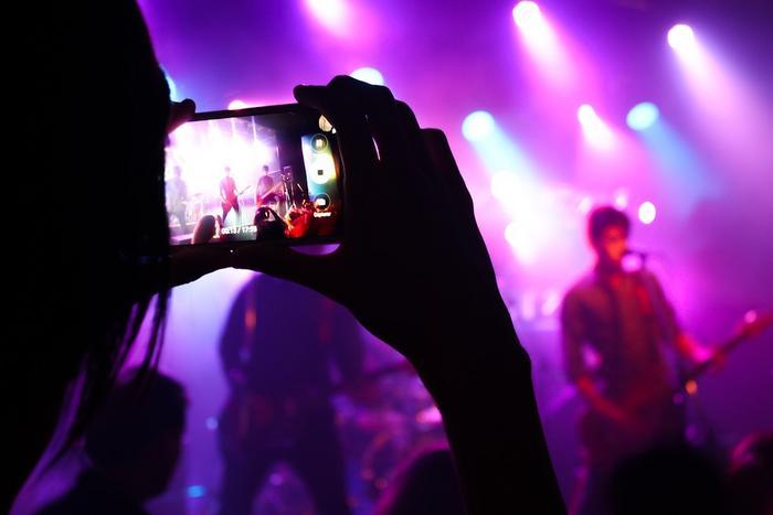 Foto di uno smartphone che riprende un concerto live