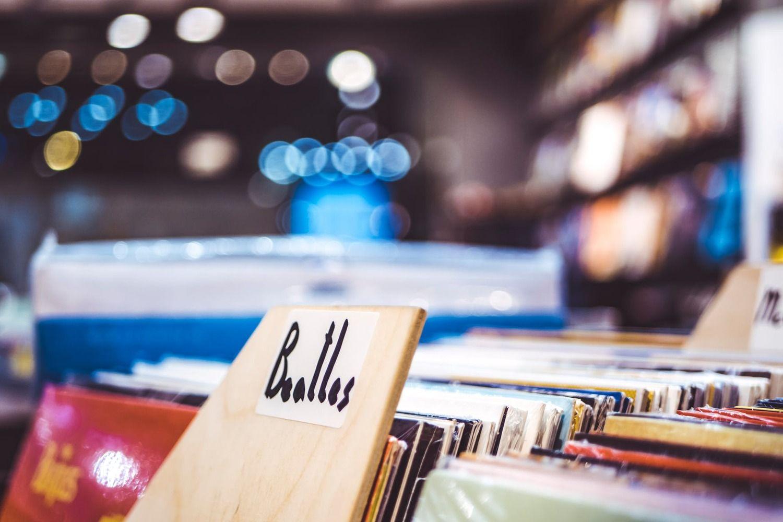 Immagine negozio dischi con CD dei Beatles