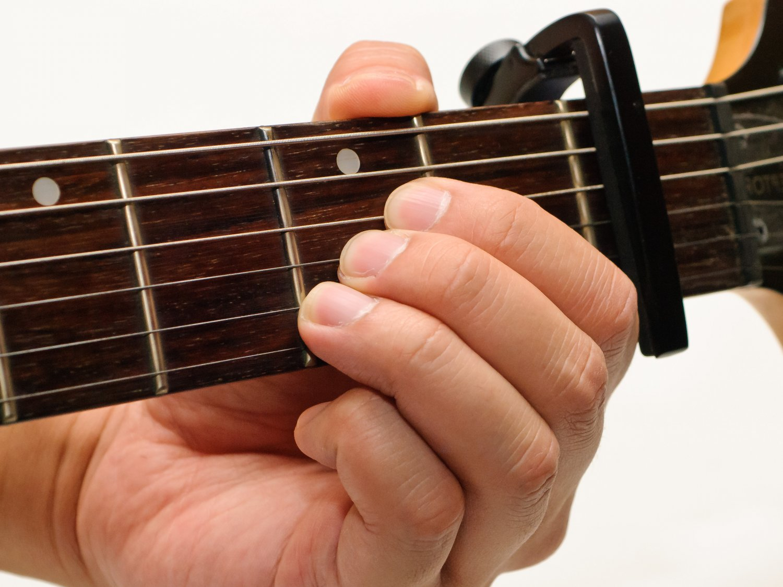 Capotasto per chitarra. A cosa serve? E i vari tipi: Capotasto a pinza, ad avvitamento, a laccio