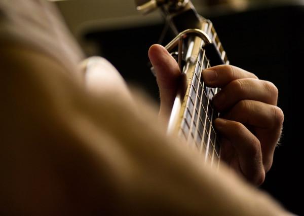 Inquadratura ravvicinata con un accordo di chitarra