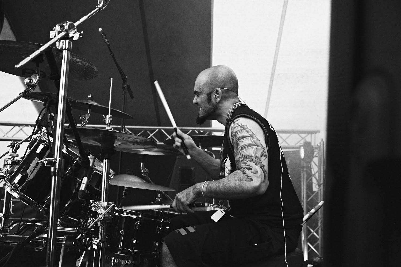 Raphael Saini mentre suona la batteria
