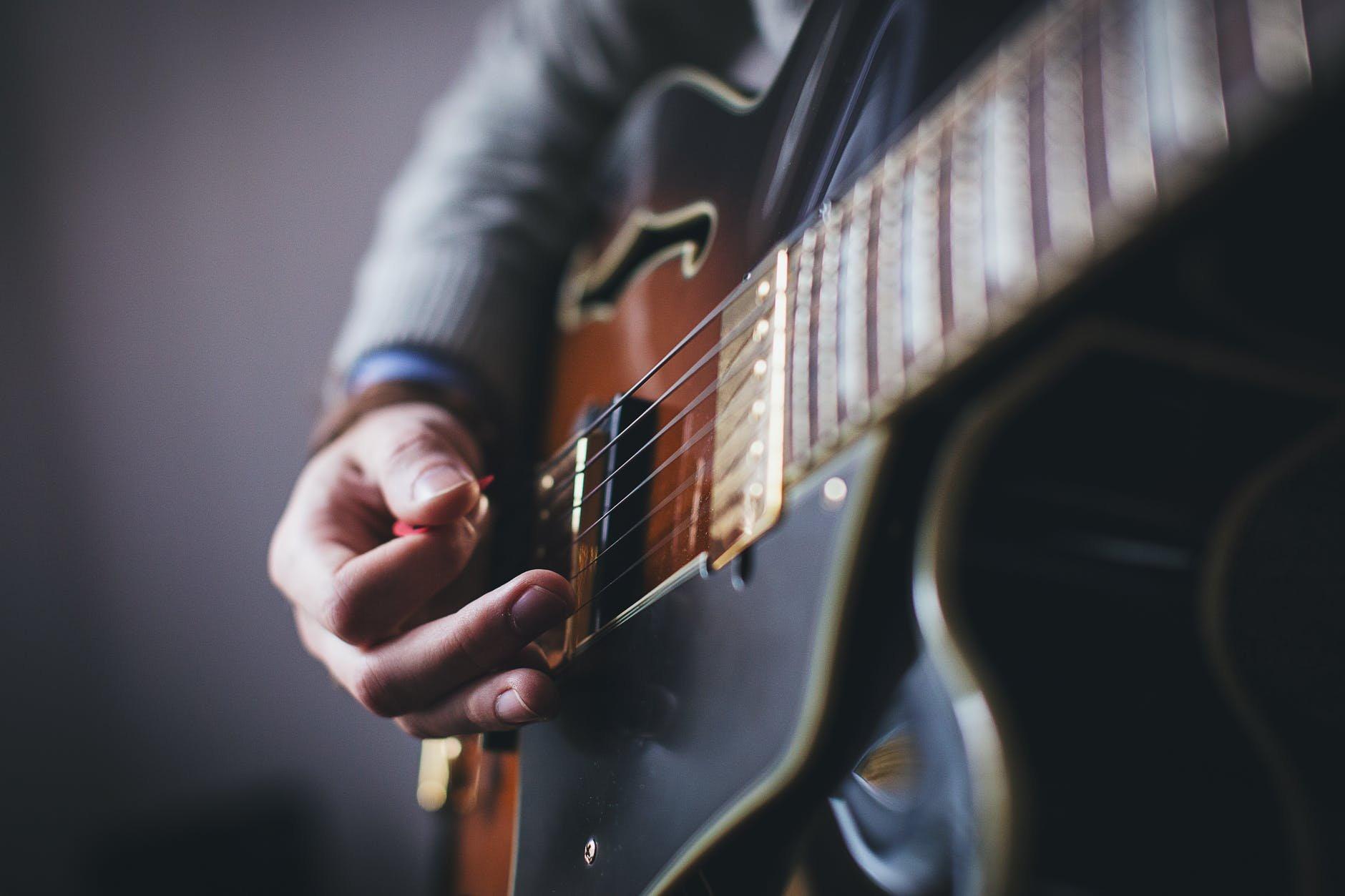 Come tenere il plettro sulla chitarra