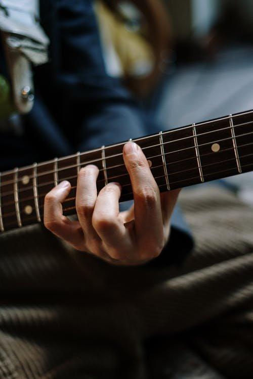 Posizione delle mani sulla tastiera della chitarra